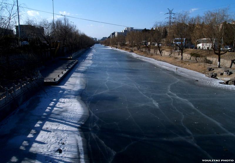 零下五至十度,北京的湖泊,河流都结冰了,遗憾的是没看到雪