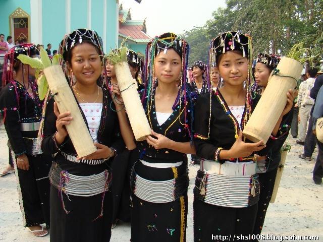 """居住在德宏地区的德昂族自称""""德昂"""",居住在镇康、耿马等县的则自称""""尼昂""""或""""纳昂""""。""""昂""""为民族自称,意为""""山岩""""、""""岩洞""""的意思。""""德""""、""""尼""""、""""纳""""为尊称的附加语言。"""