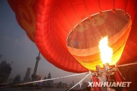 上海放飞巨型热气球迎国庆
