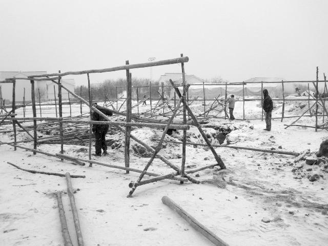 雪地里破旧的木屋素描