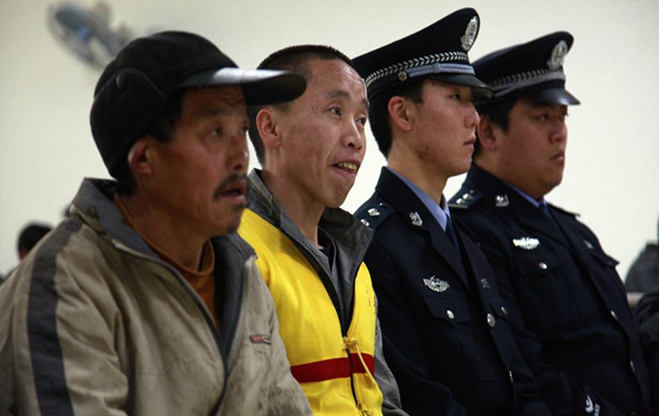 制服帅哥的诱惑:陕西一男子杀妻子,妻侄等5人 与叔父同台受审