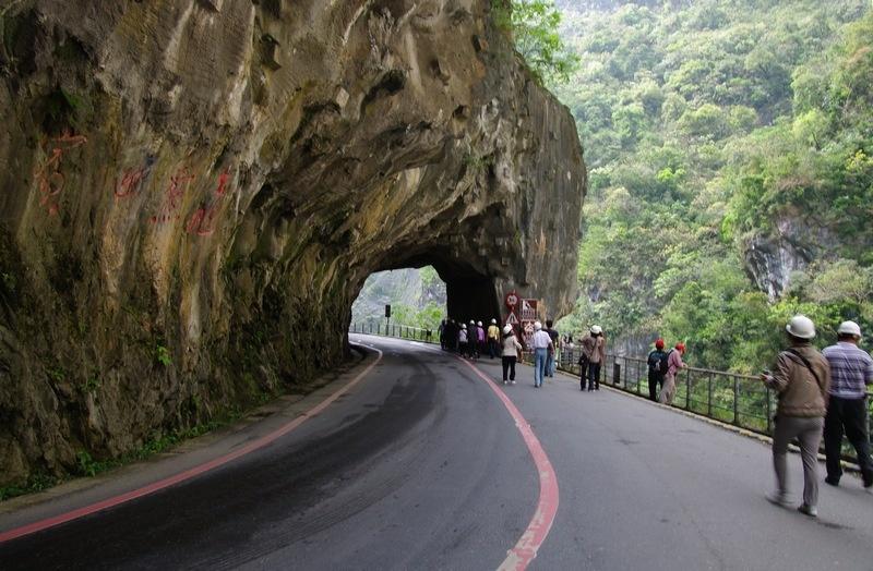太鲁阁 台湾/由于山势陡峭,常有乱石降落,来这里旅游观光,必须佩戴安全帽...