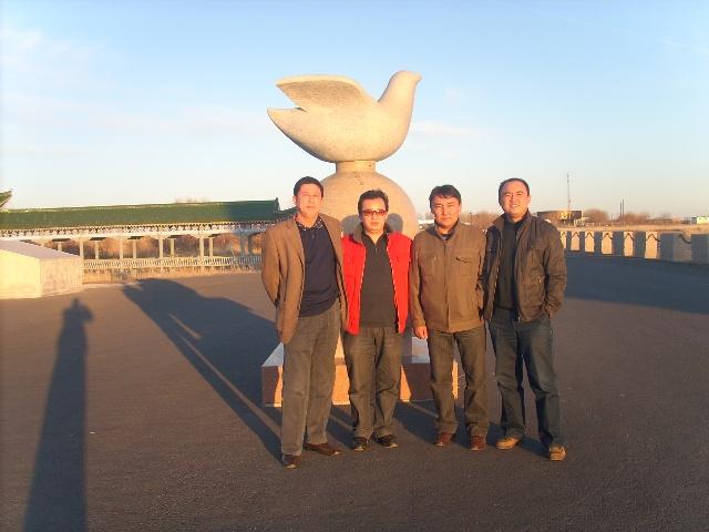 百年口岸:巴克图 巴克图口岸位于塔城市西南,地处北纬4641′,东经8248′,海拔460-480米,距市中心17公里,是我国距离城市最近的陆路通商口岸。巴克图公路口岸位于新疆伊犁哈萨克自治州塔城地区境内。海拔460-480米,巴克图口岸对面为哈萨克斯坦共和国东哈州。从巴克图口岸入镜至塔城市17公里,至乌鲁木齐市621公里;处境至哈方巴克特口岸800米,至马坎市60公里,至乌尔加尔机场110公里。至阿亚库斯车站250公里,至东哈州首府800公里。也是新疆的第一个通商口岸,巴克图口