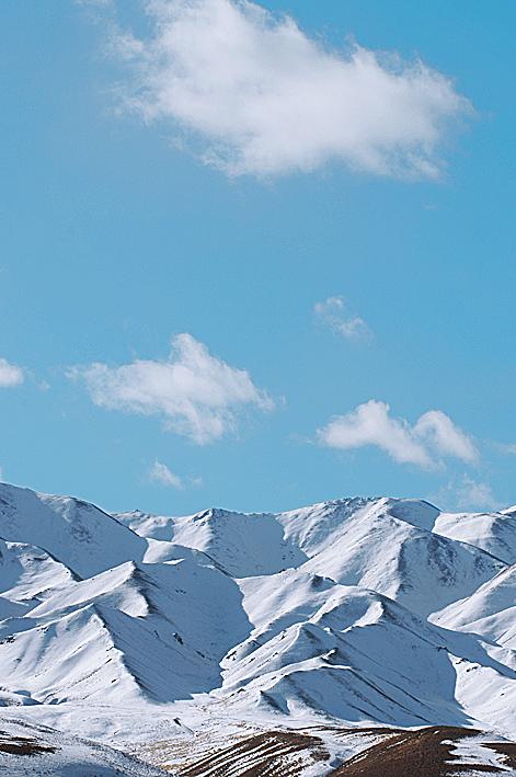 遁着遥远的金字塔似的另一山峰,碾着厚厚积雪覆盖的冰雪路面缓缓前行