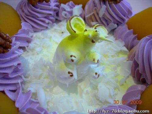 妞妞的生日蛋糕,中间是一只活波可爱的小老鼠.