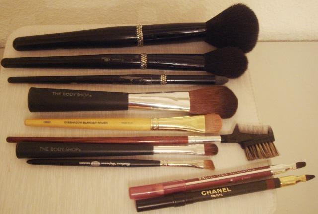 发觉用刷子扫眼影,画眼眉,抹口红,效果非常自然和持久,强烈推荐(天生