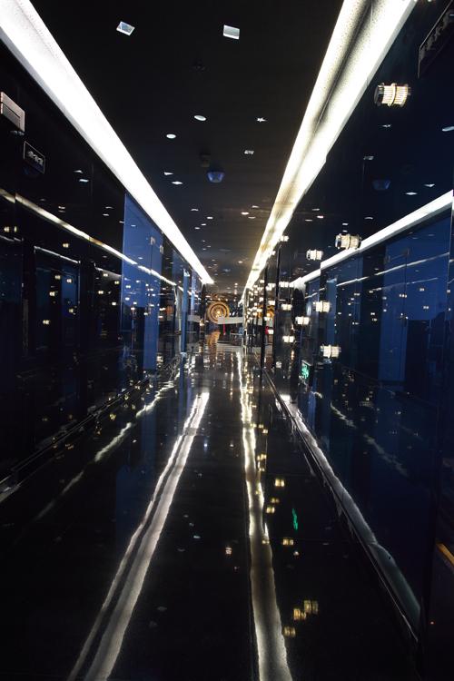 """从人民大厦11楼电梯出来""""居众装饰""""几个大字和公司logo在一部纯黑色"""