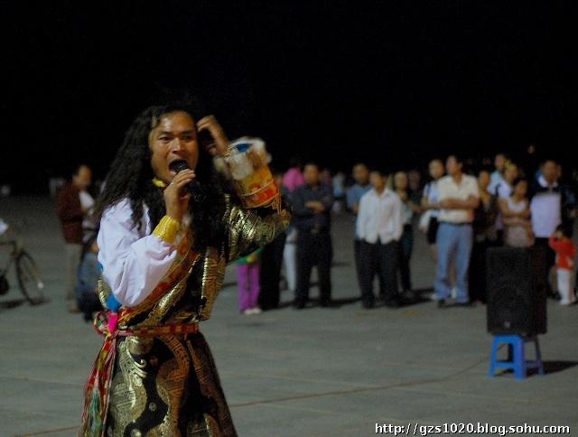 场上卖艺的藏族歌手阿龙,他满脸沧桑 hel图片