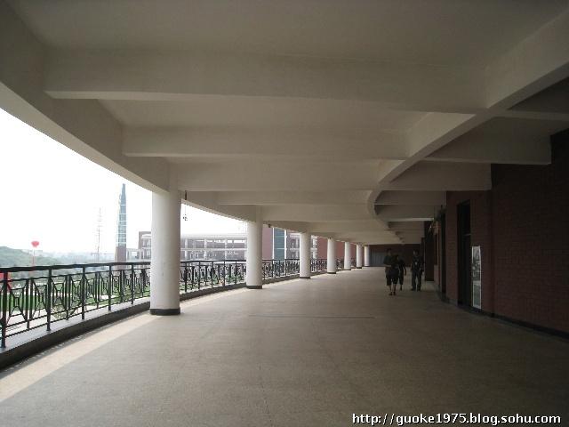 这是三号教学楼的楼道,大家发现 每一层楼道都是不同的设计   整装