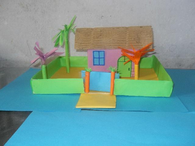 女儿幼儿园要求做一个小房子,女儿从网上看上了一套农家小院,于是我们两个花费了一下午的时间用废旧的纸盒子做了这套纸房子。粉色的小屋,浅绿的围墙,蓝色的窗户,几棵亭亭的小树,美不胜收。原来做手工也这么有意思!几个废旧的纸盒子经过巧手一扮就变成了一个精巧的工艺品,尝试一下吧。