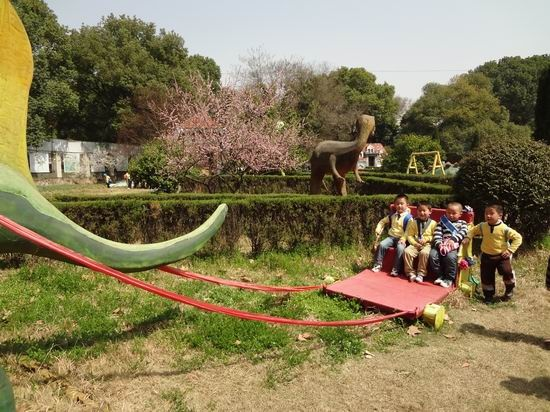 幼儿园树叶粘贴恐龙