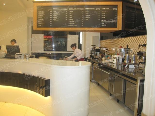 在店面装饰方面,知名蛋糕店会安排统一装修和设计,会协助门店
