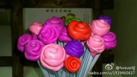 幼儿园老师带着孩子们用橡皮泥做玫瑰花送给家里的