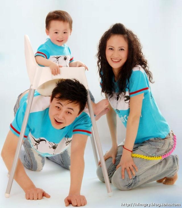 父母抱起孩子:很基本的姿势,拍摄亲子照时可让头部尝试多个不同方向图片