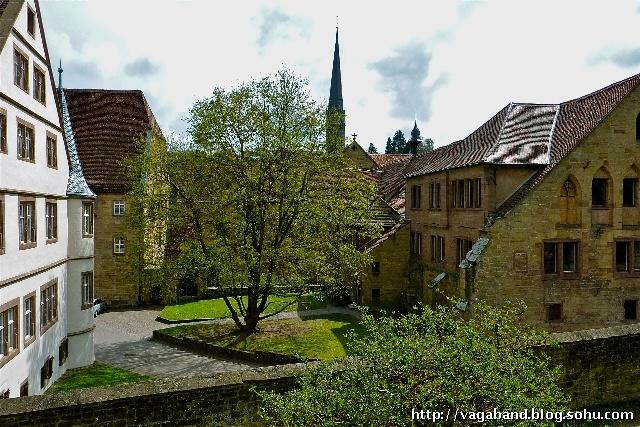 德國莫爾布龍修道院(Kloster Maulbronn)是阿爾卑斯山脈北部地區保持最完整的中世紀修道院,古老的圍墻、獨特的門樓、羅馬-哥特式教堂、木結構桁架小樓等,不僅形成了熙篤會修道院幽閉的環境場所,也反映出中世紀修道士們的生活縮影。進入修道院大門,好像踏上一方和諧的凈土,中世紀古風撲面而來,仿佛置身于修道士超世脫塵的氛圍之中,沒有喧囂、沒有煩惱、沒有欲望、沒有浮躁,人的心靈在此得到凈化和升騰。